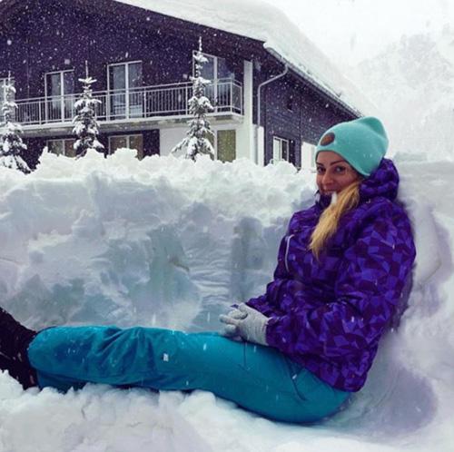Tuy nhiên các du khách dường như không mấy lo ngại vì tình trạng bị mắc kẹt của mình. Mọi người đều tranh thủ ra chơi và chụp ảnh cùng tuyết quanh khu vực mình thuê phòng.