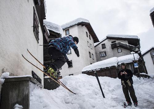 Khu nghỉ dưỡng trượt tuyết Zermatt nằm trong thị trấn Zermatt, nơicó hơn 5.500 người dân sinh sống.Nơi đây nằm ở dưới chân của ngọn núi nổi tiếng Matterhorn thuộc dãy Alps và nằm trên biên giới với Italy. Zermatt là điểm đến được nhiều du khách mê trượt tuyết yêu thích.