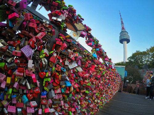 Tham quan tháp NamsanVới độ cao 236m, du khách tới đỉnh tháp Namsansẽ được ngắm đã mắt. Du khách có thể ngắm cảnh đẹp, đi cáp treo tới đỉnh, hoặc chọn đi buýt trung chuyển lên đồi rồi lên tháp. Đây cũng là nơi các đôi tình nhân tìm thấy nơi Khóa tình yêu nổi tiếng. Ảnh: Asiaculture.