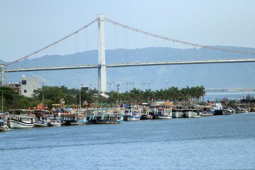 Đi tàu ngắm thành phố Đà Nẵng từ sông Hàn là trải nghiệm được nhiều du khách yêu thích. Ảnh: Nguyễn Đông.