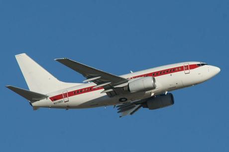 Chiếc máy bay bí ẩn trên bầu trời nước Mỹ. Ảnh: Mirror.