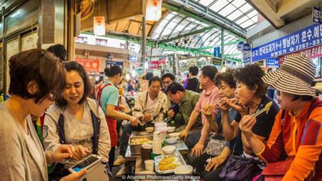 Người Hàn Quốc thường đề cao tính cộng đồng, tập thể hơn là cá nhân. Ảnh: BBC.