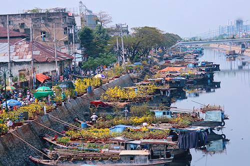 Bến Bình Đông là chợ hoa Tết nổi tiếng với khung cảnh đặc trưng trên bến dưới thuyền, làm nên một nét văn hóa đặc sắc trong những ngày giáp Tết ở thành phố.
