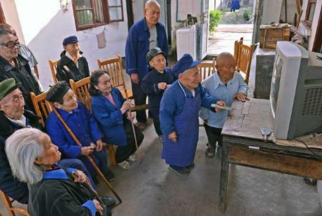 Nằm về phía tây namtỉnh Tứ Xuyên, Trung Quốc, làng Yangsi có tổng số 80 cư dân sinh sống, trong đó khoảng 46 người tí hon - người cao nhất khoảng 116cm, thấp nhất khoảng 63cm. Yangsi còn có tên gọi khác là làng người lùn. Ảnh: Vice.