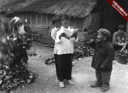 Theo Telegraph, giữa những năm 1920 - 1970, một dịch bệnh hiểm nghèo đã hủy hoại cuộc sống hạnh phúc của dân làng Yangsi, chủ yếu tác động lên lũ trẻ. Những đứa trẻ trong làng dừng phát triển chiều khi mới khoảng 5 - 7 tuổi và chịu một số khiếm khuyết khác.Ảnh:Wu Chuanming.