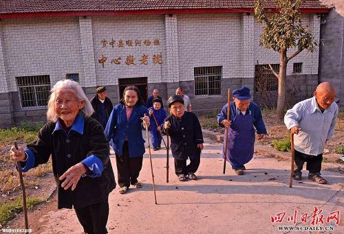 [Caption]Khoảng 20 năm trước, nồng độ thủy ngân trong đất cao được nghi ngờ là nguyên nhân nhưng hầu như không có bằng chứng ủng hộ lý thuyết này. Chính phủ Trung Quốc không bao giờ phủ nhận sự tồn tại của ngôi làng nhưng không cho phép du khách người nước ngoài đến thăm. Ảnh: Daily mail.