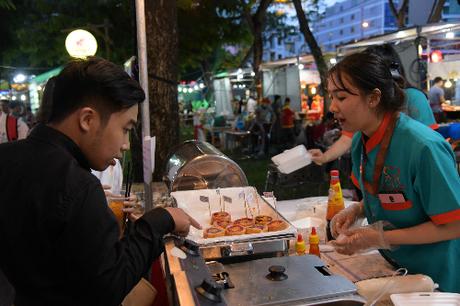 Ngoài 7 khu ẩm thực đa dạng, tại sân khấu chính và các sân khấu phụ tại liên hoan sẽ liên tục diễn ra các hoạt động giải trí văn hóa ẩm thực đặc sắc. Người dân và du khách có thể thỏa sức chiêm ngưỡng và chụp hình lưu niệm với mô hình món ăn Việt hay hình ảnh các dân tộc tiêu biểu bằng mô hình sáp; đón xem chương trình biểu diễn bánh dân gian Việt Nam do trung tâm Nghiên cứu, Bảo tồn và Phát triển Ẩm thực Việt Nam thực hiện; biểu diễn đờn ca tài tử...Khách tham quan cũng không nên bỏ lỡ talkshow Tết Việt và món ngon Việt; chương trình biểu diễn và trưng bày bồn hoa sen chế tác từ rau, củ quả lớn nhất Việt Nam; trình diễn chế biến 50 món chiên ngon Việt Nam; biểu diễn giới thiệu các món ăn đặc sắc Việt Nam theo chủ đề vùng miền...