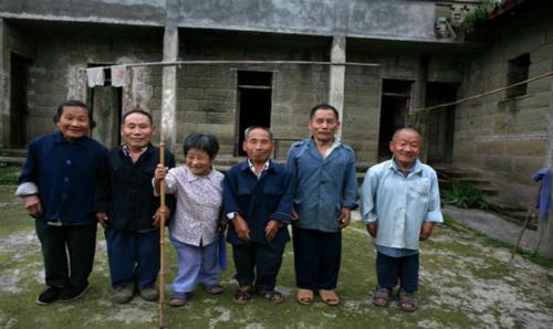 [Caption]Trải qua nhiều năm, người dân vẫn luôn sống lạc quan và tình trạng này đã cải thiện khá nhiều khi thế hệ trẻ của ngôi làng đang dần cao lên. Ảnh: Daily mail.