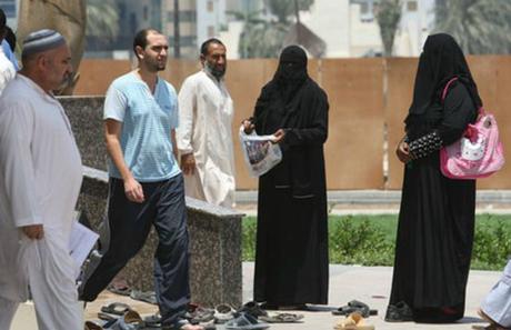 Người ăn xin trước một khu thánh đường. Ảnh: Emirates 24/7.