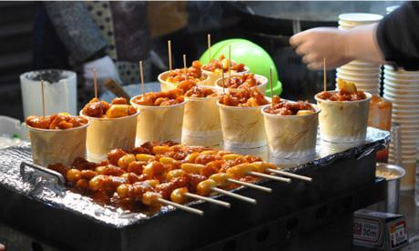 Mua sắm, ăn uống ở MyeongdongVào buổi sáng Myeongdong là một khuphốnhộn nhịp người mua bán, khách du lịch ăn uống. Đến buổi tối, Myeongdong biến thành một khu chợ đêm với các con phố trải đầy những hàng quán, sạp bán đủ loại đồ ăn, đồ lưu niệm, túi xách... Ảnh: JencookKorean.