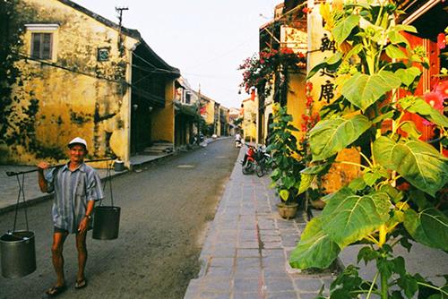 Từ sáng sớm, cụ đã đem nguồn nước giếng ngọt lành tới cho các quán trong khu phố cổ. Ảnh: Vũ Minh Quân.