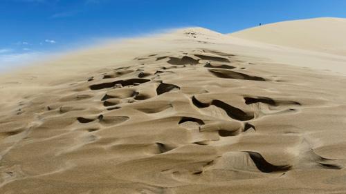 Đụn cát biết hát ở Kazakhstan. Ảnh: Nationalpost.