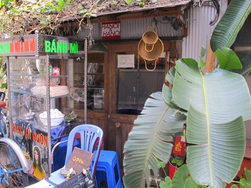Đồ ăn được bày bán trong xe bánh mì bằng inox thường thấy trên khắp các con phố.Ảnh: Atelier-eren.
