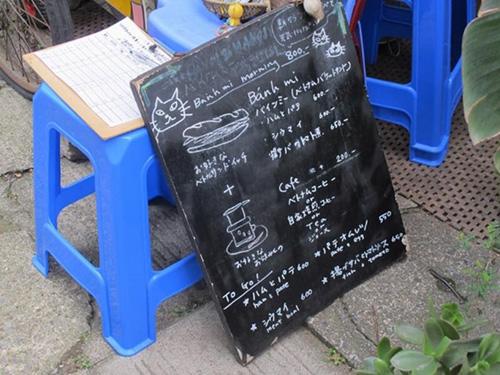 Thay vì dùng bảng điện tử như hầu hết các tiệm ăn ở Nhật Bản, Hanoi & Hanoisử dụng bảng đen và phấn trắng để viếtmenu, tạo cho khách hàng cảm giácgần gũi, thân thương. Ảnh: Atelier-eren.