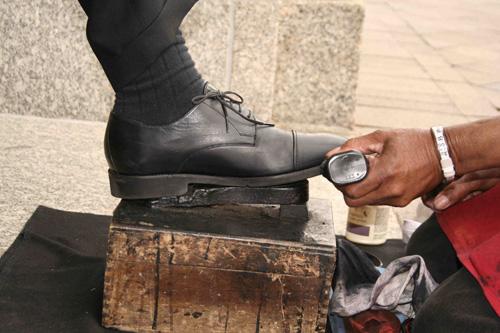 Góc khuất của những người đàn ông bịt mặt đánh giày ở Bolivia