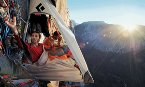 Trải nghiệm ngủ lều treo ngoài vách núi nghìn mét