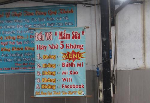 Quán có 5 không: không menu, khách phải tự nhớ các món hoặc gọi món qua hình ảnh dán trên tường. Không bán bánh mì, mì xào như hầu hết các quán ốc khác ở Sài Gòn. Và quán cũng không có wifi hay Facebook. Đến đây, bạn chỉ có thể thưởng thức ốc mà thôi.