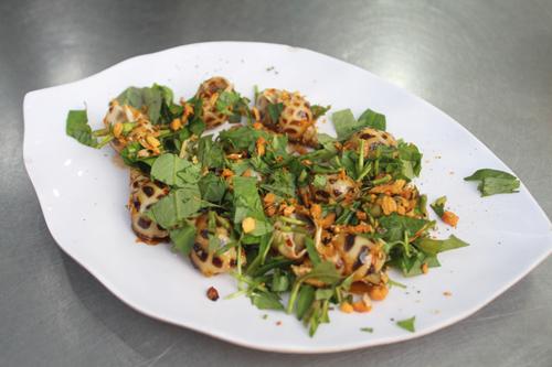 Ốc hương rang muối ớt vừa ăn, thơm lừng nhờ lớp tỏi phi giòn bên trên. Thịt ốc dày, tuy nhiên một phần ănít, chỉ có khoảng 12-13 con/đĩa.
