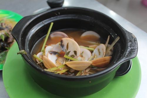 Một số món ăn khác như nghêu hấp kiểu Thái không mấy hấp dẫn bởi cơm nghêu hơi nhỏ, nước luộc bình thường, vị không có gì đặc biệt.