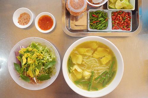 Bún num bò hócTheo đường Hồ Thị Kỷ, đi sâu vào bên trong, bạn sẽ bắt gặpchợ Campuchia. Càng đi sâu vào, bạn sẽ nhanh chóng ngửi thấy mùi mắm prohoc hay còn gọi là mắm bò hóc, một đặc sản của người Khmer.Ngoài bún tươi, thành phần chính của món ăn là thịt cá lóc đồng và nước lèo được nấu theo công thức riêng.Đối với những người không ngửi được mùi mắm thì món ăn là một thử thách.Giá một tô búntừ30.000 đồng. Các quán ăn ở đây thường mở đến 6 giờ chiều.