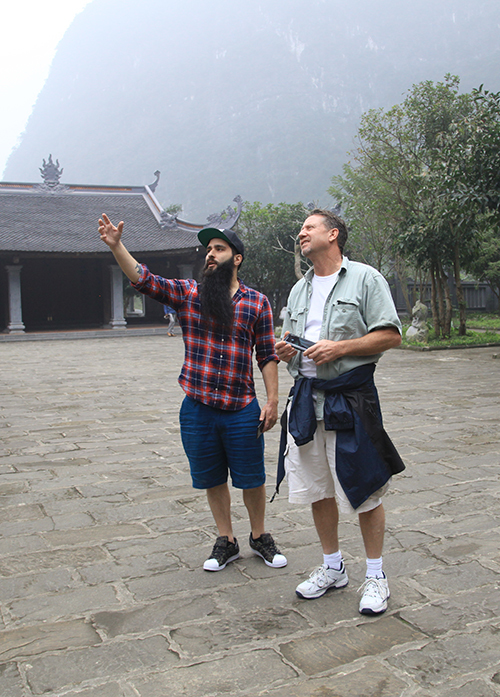 Đạo diễn phim 'Kong' đưa gia đình thăm Việt Nam