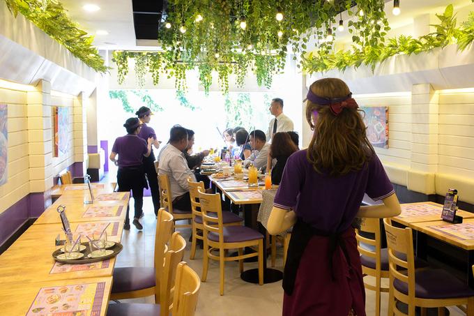 Nhà hàng đầu tiên ở Sài Gòn đưa robot vào phục vụ