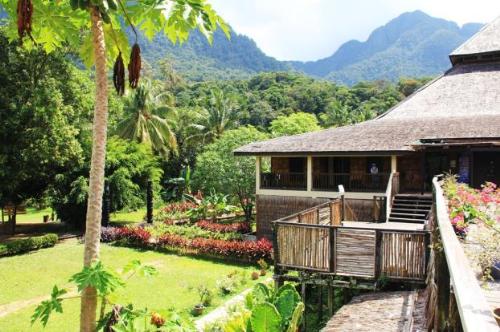 Cách trung tâm thành phố khoảng 40km là biển Damai. Tại đây ngoài bãi biển lộng gió phong phú các dịch vụ đi kèm, bạn có thể tham quan làng văn hóa giàu truyền thống Sarawak. Nằm dưới chân núi Santubong, đây là địa điểm tổ chức lễ Tạ mùa thế giới và Liên hoan âm nhạc Rừng mưa nhiệt đới (Rainforest World Music Festival) vào tháng 7.Làng văn hóa Sarawak trưng bày trang phục, thủ công mỹ nghệ, lối sống và nhà ở truyền thống của các cộng đồng Iban, Bidayuh, Orang Ulu, Melanau&