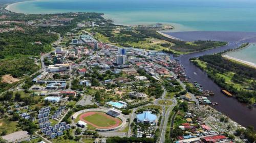 Miri, cửa ngõ khám phá rừng mưa nhiệt đới  Ngoài Kuching, Miri cũng là một điểm đến khá hấp dẫn của Sarawak. Thành phố này nằm gần biên giới với Brunei, là cửa ngõ đến phía Bắc Sarawak với những công viên quốc gia bao la, những dòng sông và cao nguyên kỳ vĩ. Từ Kuching đến Miri mất hơn một giờ bay. Nếu đi trực tiếp từ Kuala Lumpur, bạn sẽ phải ngồi máy bay gần 2 tiếng rưỡi.