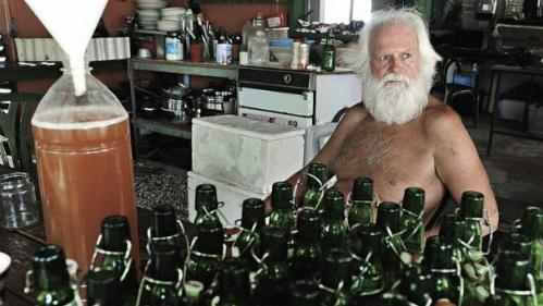 David tự nấu bia để đổi lấy cá của ngư dân. Ảnh:Brian Cassey.
