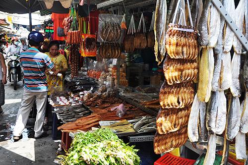 Chợ Campuchia, quận 10Lọt thỏm trong dưới chung cư cũ, chợ Campuchia còn được biết đến là chợ Lê Hồng Phong hay chợ Miên. Tại đây có đến hơn chục gian hàng lớn nhỏ chuyên kinh doanh sỉ và lẻ các loại đặc sản của xứ Angkor. Chợ thành lập từ hơn 20 năm nay. Tiêu thưởng ở đây hầu hết là người Việt từng sinh sống ở Campuchia hoặc người Việt gốc Khơ Me. Ảnh: Thiên Chương.