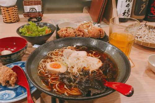 Hầu như chủ các quán ăn, nhà hàng tại đây đều là người Nhật. Có lẽ vậy mà hương vị của các món ăn tại đây được đánh giá là vẫn giữ được hương vị gốc. Đến đây, thực khách có thể thưởng thức các món như mì Ramen, bánh Takoyaki, sashimi, sushi, mochi...