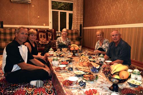 Tới Uzbekistan, bạn chỉ được phép bắt tay chào hỏi nếu bạn là đàn ông, và người kia cũng là nam giới. Hãy chào phụ nữ Uzbekistan bằng cách cúi đầu và đặt tay phải lên ngực (vị trí trái tim).Cũng theo truyền thống, khi khách đến nhà, người khách được chủ nhà kính trọng nhất sẽ được ngồi ở vị trí xa nhất tính từ cửa vào. Ảnh: Eastmangeography.