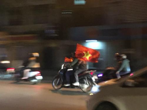 Tôi đi từ Ba Đình về trung tâm thành phố, và những chàng trai như này cứ hò hét khi vượt xe tôi suốt một tiếng, du khách nước ngoài chia sẻ. Ảnh:Peter Parkes.