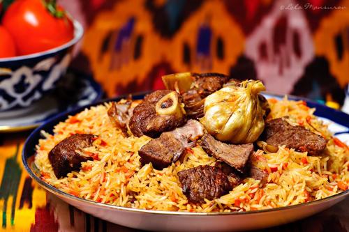Nền ẩm thực của Uzbekistan là sự pha trộn giữa ẩm thực Iran, Arab, Ấn Độ, Nga và Trung Quốc.Palov hay Plov (ảnh)được cho là món ăn quốc dân, được làm từ thịt cừu, cơm, hành và cà rốt. Theo truyền thuyết, món này do đầu bếp của Alexander Đại đế sáng tạo ra. Ảnh: Arbuz.