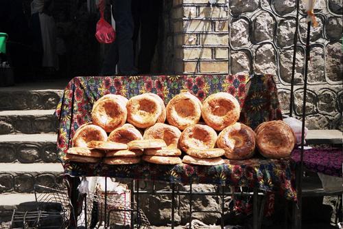 Lepioshka (bánh mì) là thứ không bao giờ người dân đặt xuống dưới đất, dù có đã được gói trong túi. Người dân nơi này tin rằng món ăn này mang lại may mắn. Ảnh: Panoramio.
