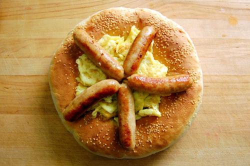 Obi non (hay non) là món bánh mỳ truyền thống của người Ubzekistan, nó luôn được xé nhỏ bằng tay và không bao giờ được cắt bằng dao. Đây cũng là món ăn mà người dân không bao giờ vứt bỏ.Theo truyền thống của người dân bản địa, khi một thành viên trong gia đình đi xa hay đi du lịch, họ sẽ cắn một miếng nhỏ bánh mỳ truyền thống. Phần còn lại của bánh mì sẽ được cất đi hoặc chôn cho đến khi người đi xa trở về. Ảnh: Voodooandsauce.