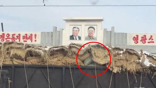 Chuyến tàu phủ đầy rơm phía trên khiến du khách Anh tò mò và quay video lại. Sam nghi ngờ chúng là các hàng hóa bí mật mà chính phủ Triều Tiên muốn che giấu. Ảnh: News.