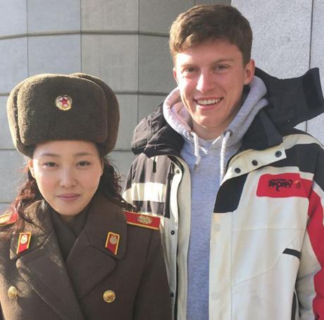 Sam chụp ảnh cùng một công dân Triều Tiên trong chuyến du lịch của mình. Ảnh: News.