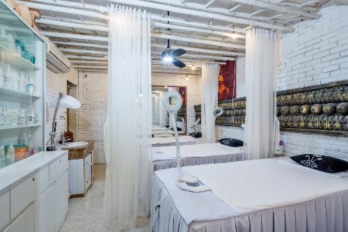 Khu spa làm đẹp phối hợp giữa phong cách truyền thống và hiện đại, sang trọng.Kiến trúc ấn tượng, thiên nhiên quyến rũ, dịch vụ tiêu chuẩn là lý do khiến Cham Spa & Massage luôn nằm trong top những điểm đến thư giãn và nghỉ dưỡng ưa thích hàng đầu tại Đà Nẵng. Du khách có thể tận hưởng những ngày nghỉ để khám phá thêm về những giá trị của một di sản văn hóa vượt thời gian, hay trải nghiệm các liệu pháp chăm sóc sức khỏe và làm đẹp độc đáo& Tất cả sẽ mang đến cho bạn và gia đình những kỷ niệm thật khó quên.