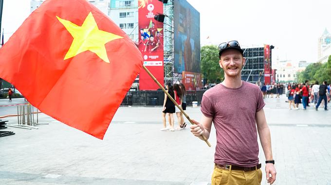 Khách Tây ở Sài Gòn cầm cờ xuống phố cổ vũ U23 Việt Nam