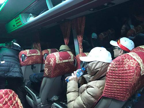 Một đoàn khách 64 người phải về Việt Nam khi không có visa xuất cảnh ở cửa khẩu Móng Cái. Ảnh: Kiên Lê.