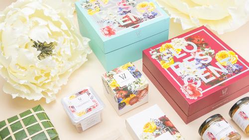 Hộp quà được trang trí bằng những màu sắc sang trọng, nhã nhặn.