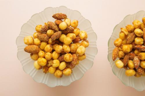 Bên cạnh đó, hạt sen truyền thống cũng được biến tấu tinh tế với phômai cay, hạt điều được phủ bởi lớp trà xanh có vị thanh nhẫn và cay nồng của mù tạt.