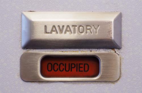 Ký hiệu cho thấy phòng vệ sinh máy bay đang có người bên trong. Ảnh minh họa: Shutterstock.