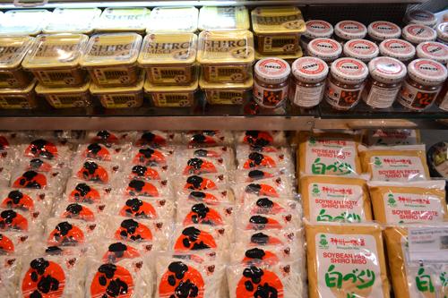 Đây là nơi bạn có thể tìm thấy tất cả các loại sushi, sashimi và nguyên liệu, phụ gia khác được nhập khẩu trực tiếp.