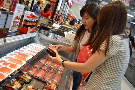 Rất nhiều khách hàng đã ghé cửa hàng và thử những món sushi,sashimi tươi ngon được chuẩn bị sẵn.