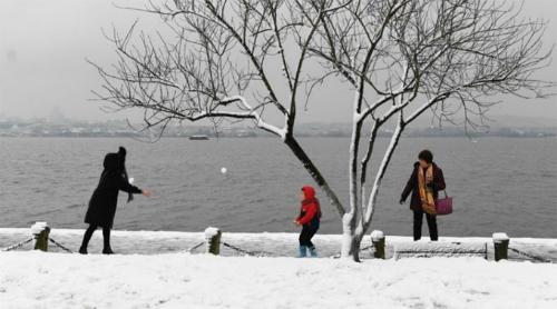 Nhiềungười dân vẫn thích thú ra ngoài chơi đùa trong tuyết trắng.Ảnh: SCMP.