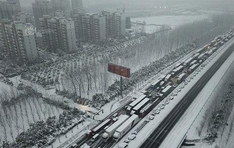 Bão tuyết, sương mù là nỗi ám ảnh với người dân trong dịp Tết vì điều kiện thời tiết xấu làm hỏng mọi lịch trình về nhà, đi du lịch của họ. Ảnh: SCMP.