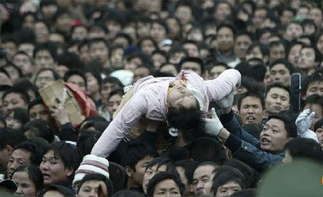 Nhiều người đã ngất xỉu vì chen lấn quá lâu trong đám đông để mua được vé tàu về quê dịp Tết. Ảnh: SMCP.