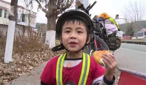 Bố mẹ Trương Vọng kết hôn năm 2007. Cậu còn có một chị gái 9 tuổi. Mỗi ngày, cậu nhócđều gọi điện về để mẹ yên tâm. Ảnh: Sina.